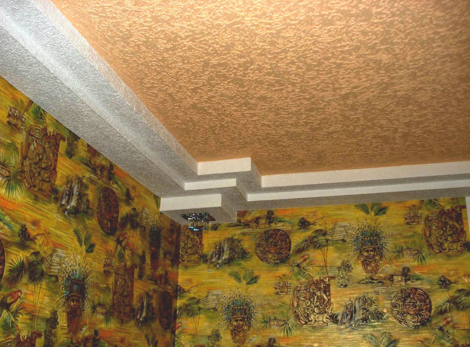 Прихожая с декоративным потолком