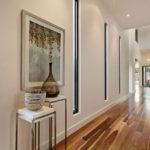 современный дизайн длинного коридора