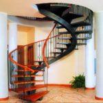 винтовая лестница с комбинированным цветом