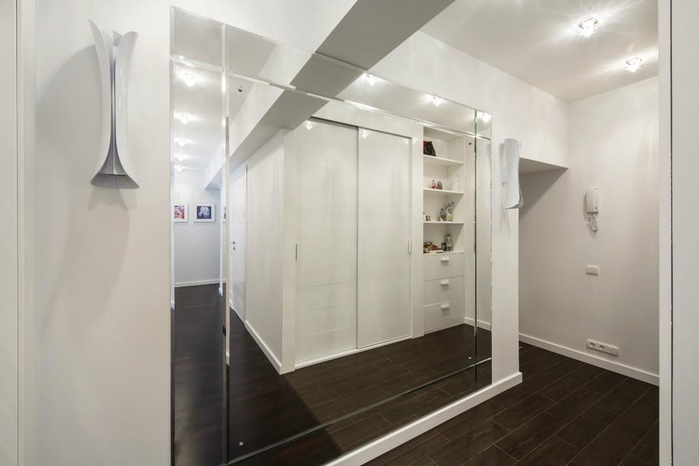 Большое зеркало в коридоре
