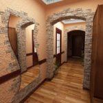 дизайн длинного коридора с зеркалом