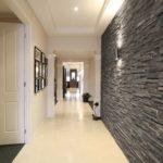 интерьер коридора с декоративным камнем