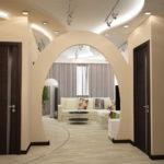 коридор в доме с аркой
