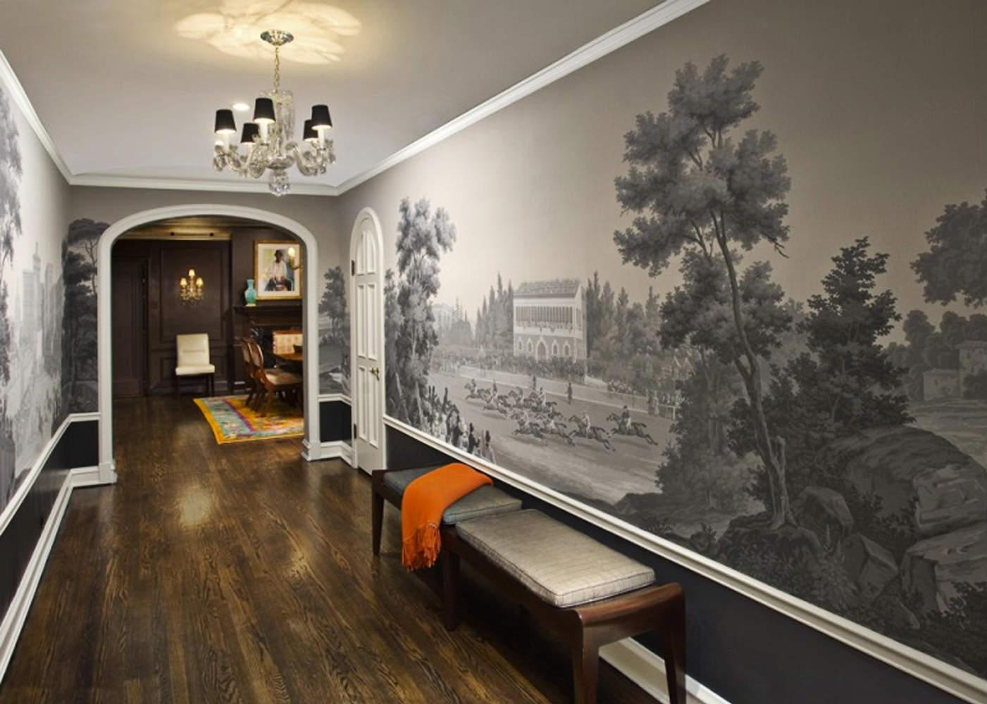 коридоре с рисунком на стене