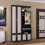 Черно белая мебель в интерьере прихожей