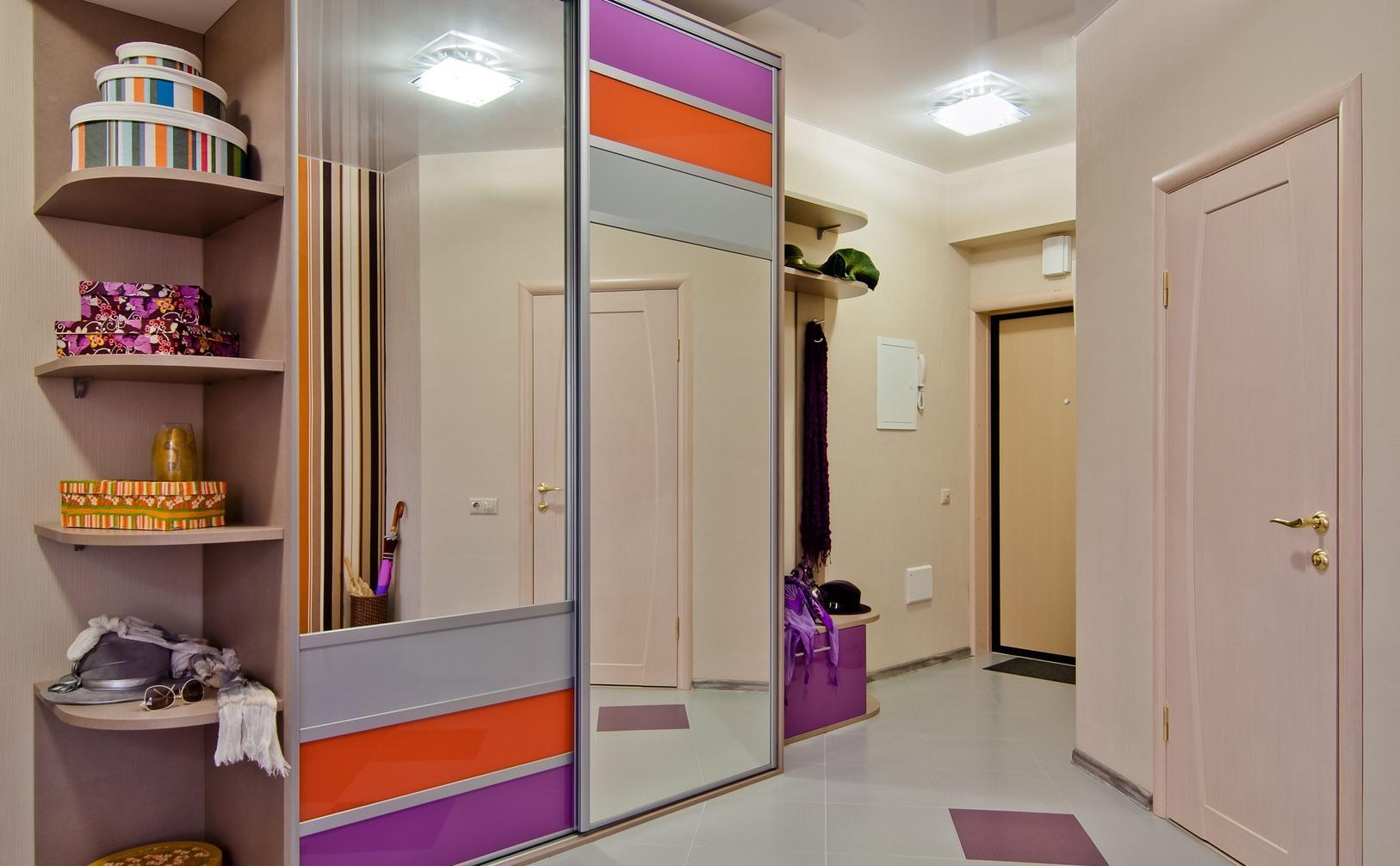 Фиолетово оранжевый шкаф в призожей