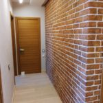 оформление маленького коридора декоративным камнем