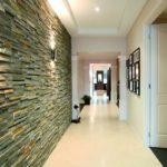 панели из камня в коридоре