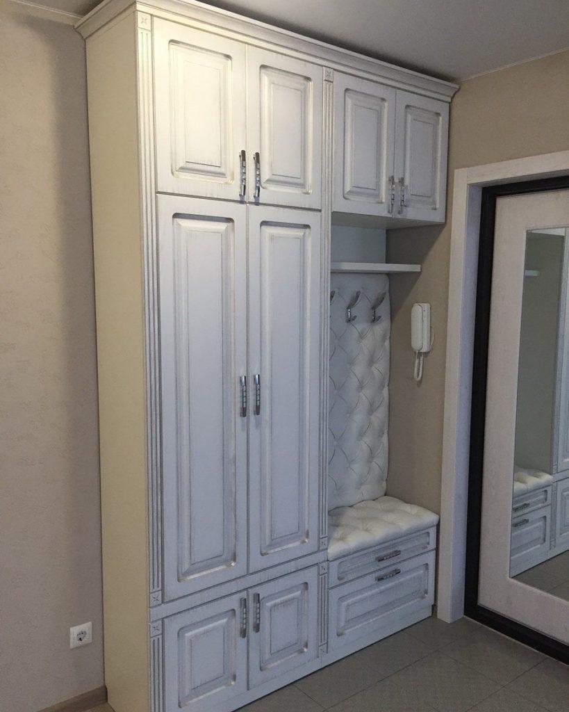 Белая мебель с каретной стяжкой в коридор.