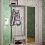 Белый шкаф-вешалка с зеркалом.