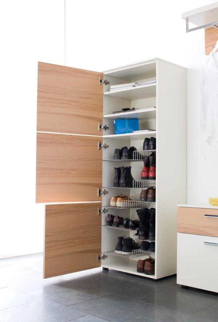 Большой шкаф для обуви.