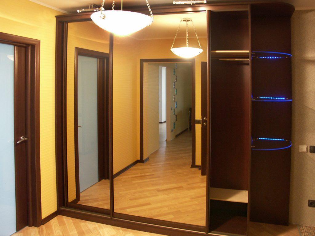 Шкаф-купе с зеркалами и подсветкой