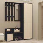 Черно-белый узкий шкаф.