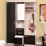Черно-белый узкий шкаф с узором.