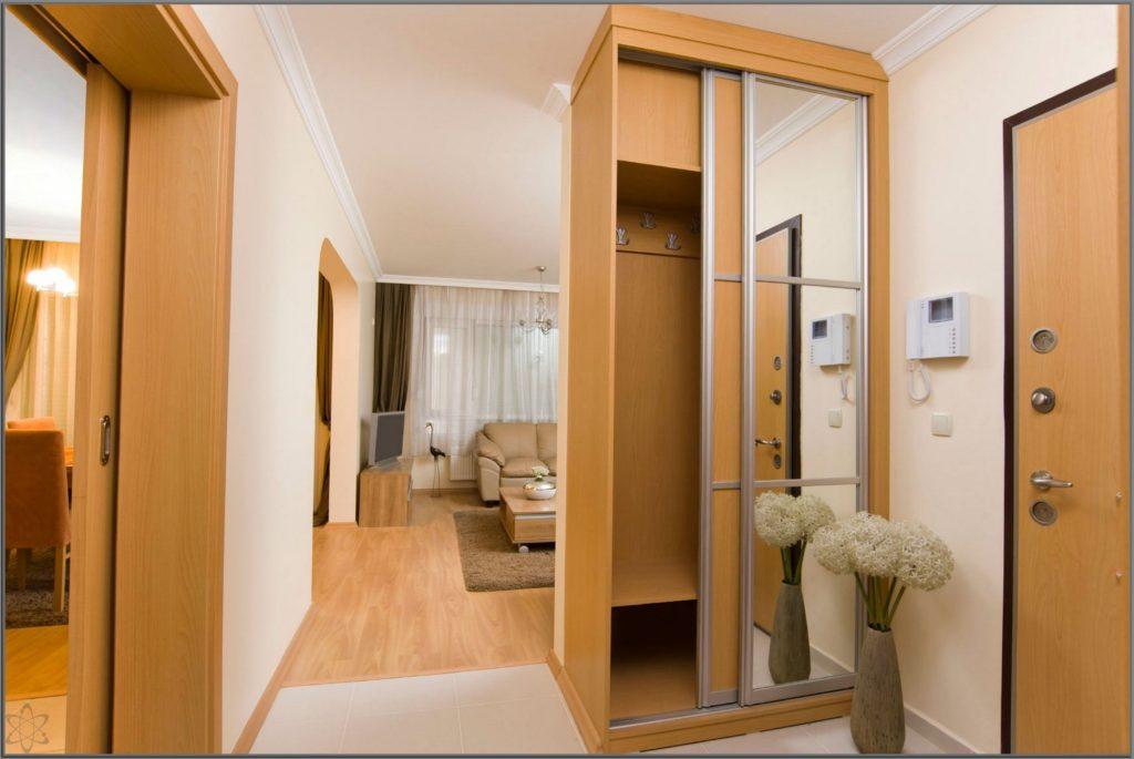 Деревянный узкий шкаф.