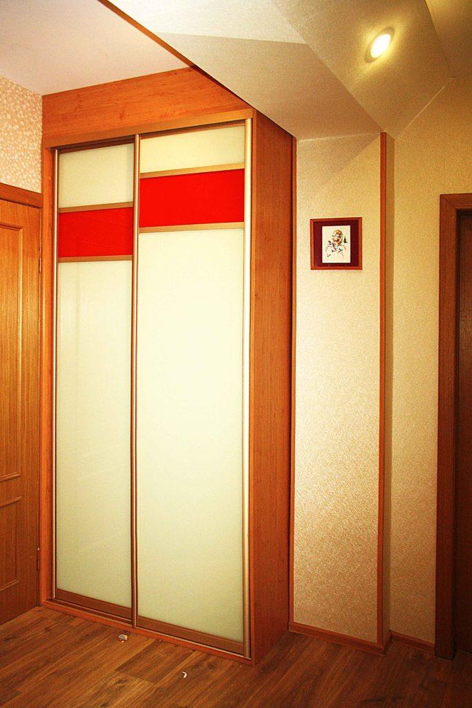 Деревянный узкий шкаф-купе для прихожей.