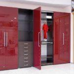 красный элегантный шкаф