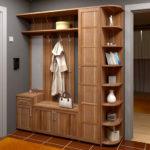 Классический деревянный шкаф-вешалка в коридор.