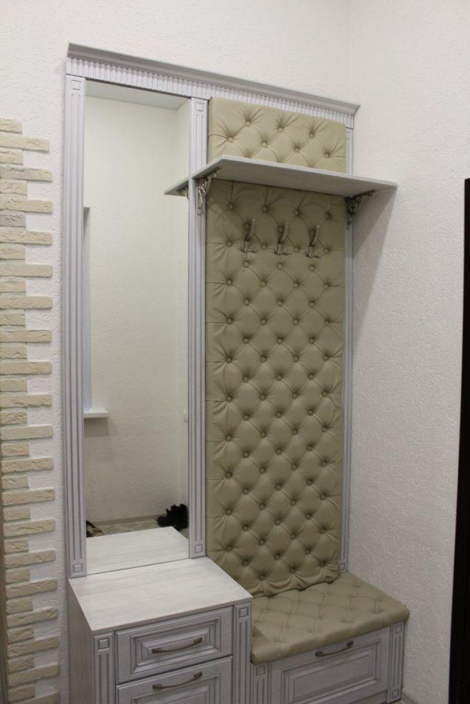 Мебель с каретной стяжкой и зеркалом в коридор.