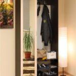Небольшой белый шкаф-вешалка в коридор.