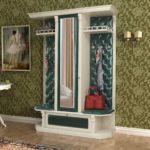 Мебель с зеленой каретной стяжкой для прихожей.