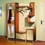 Оришинальный шкаф-вешалка с зеркалом.