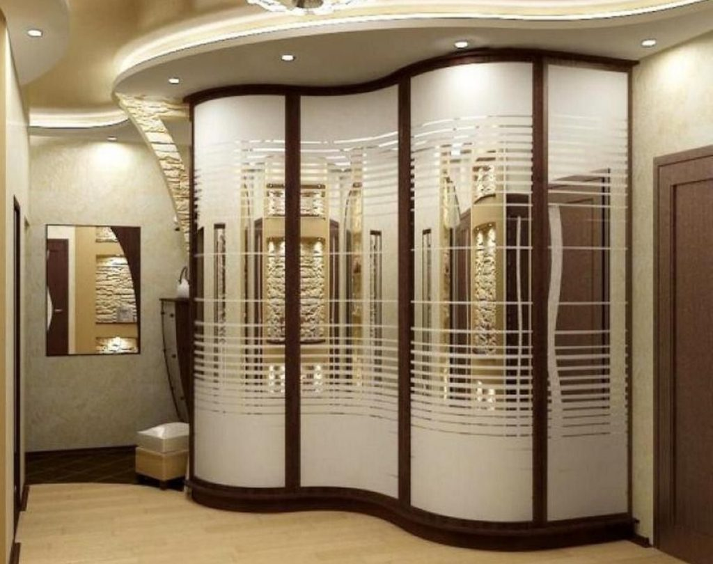 Радиусный шкаф-купе с декортивным зеркалом.