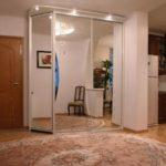 Шкаф-купе с зеркальными стенками.