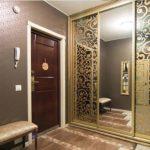 Шкаф-купе с золотым дикорированием зеркала.