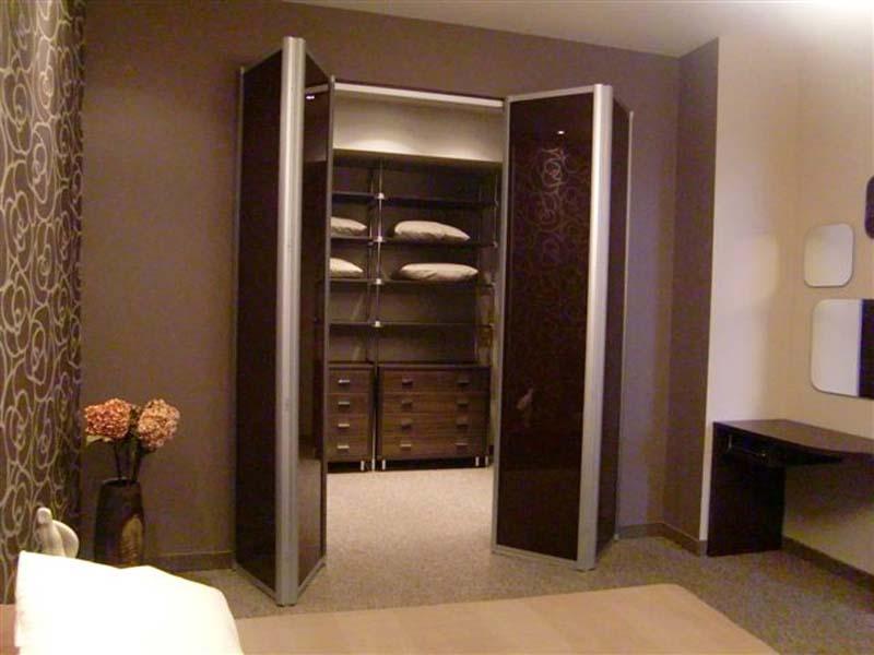 Складные двери в шкафу перегородке