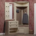 Светлый классический шкаф-вешалка.