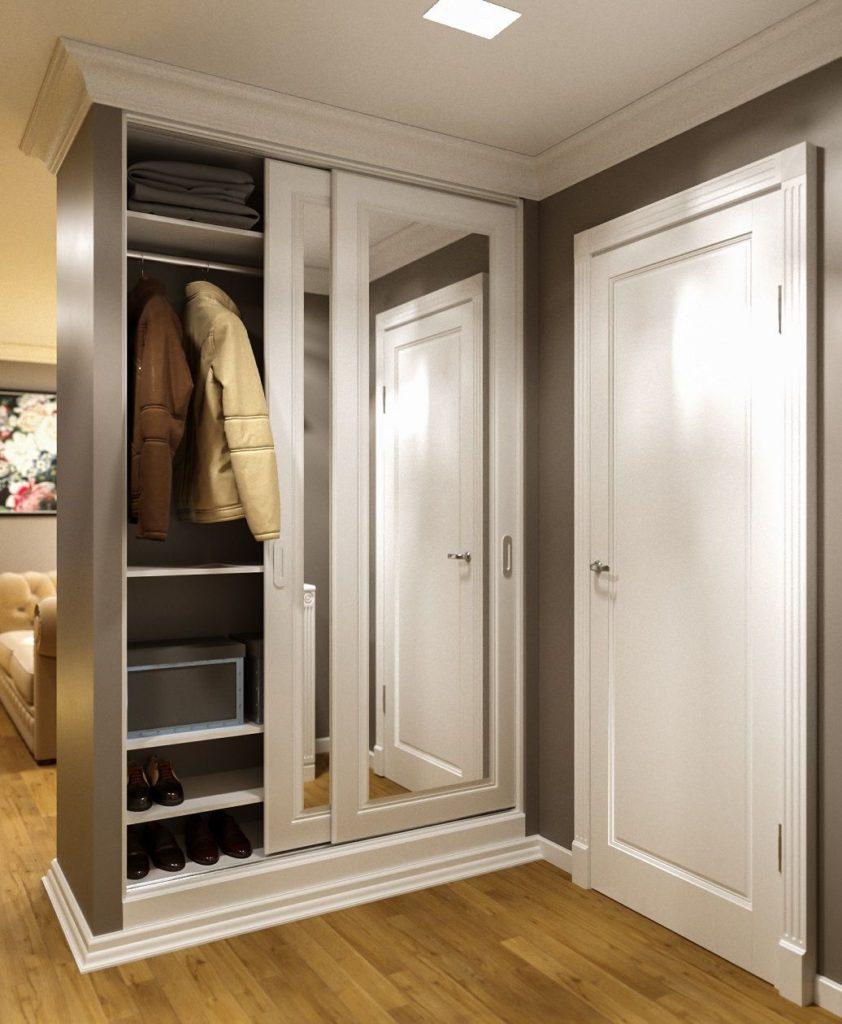 Светлый узкий шкаф-купе с зеркалом в прихожую.