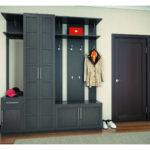 Темный деревянный шкаф-вешалка в коридор.