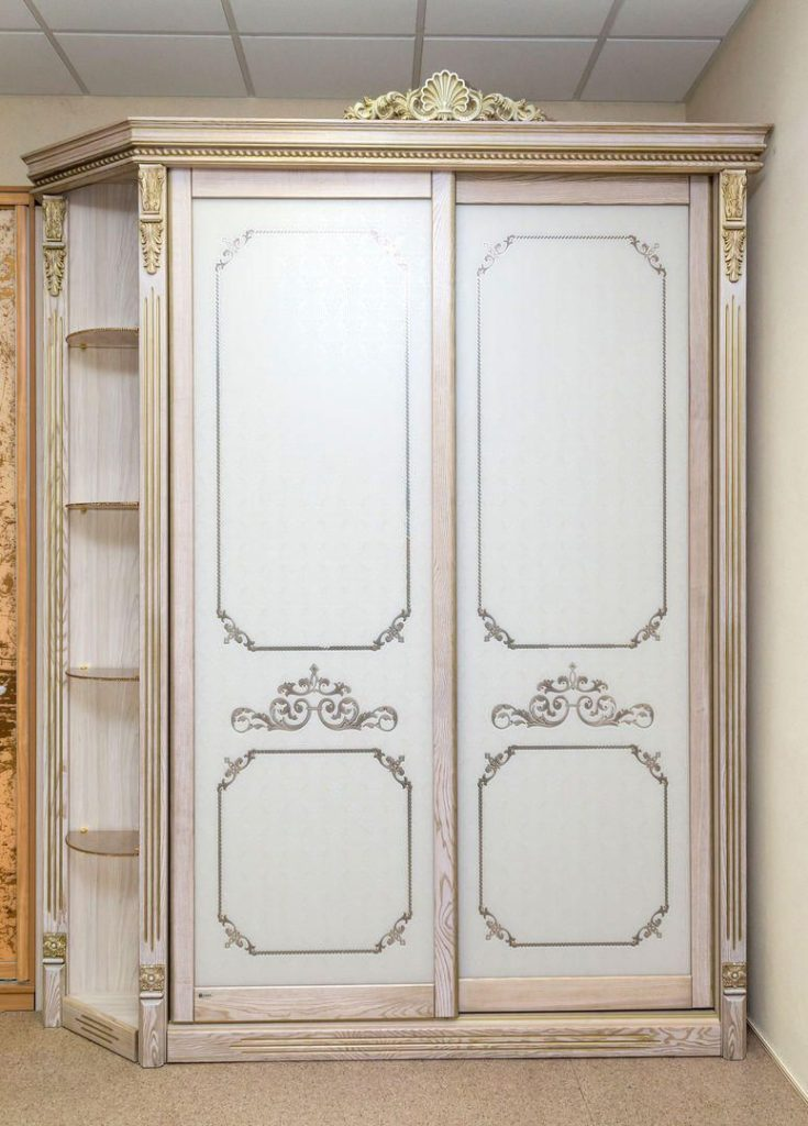 Узкий шкаф в стиле прованс.