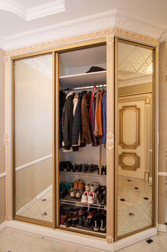Встроенный узкий шкаф-купе в стиле прованс.