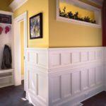 желтые стены в интерьере комнаты