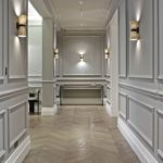 длинный коридор со стеновыми панелями