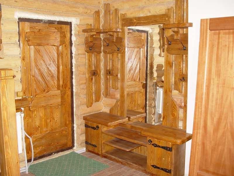 Браширование древесины в прихожей