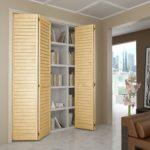 деревянный шкаф-гармошка жалюзями