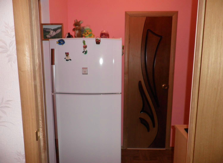 Холодильник в маленьком коридоре
