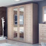 зеркальная певерхность деревянного шкафв