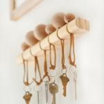 деревнная ключница с шариками