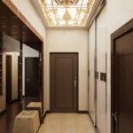 узкий коридор в прихожей с большим зеркалом