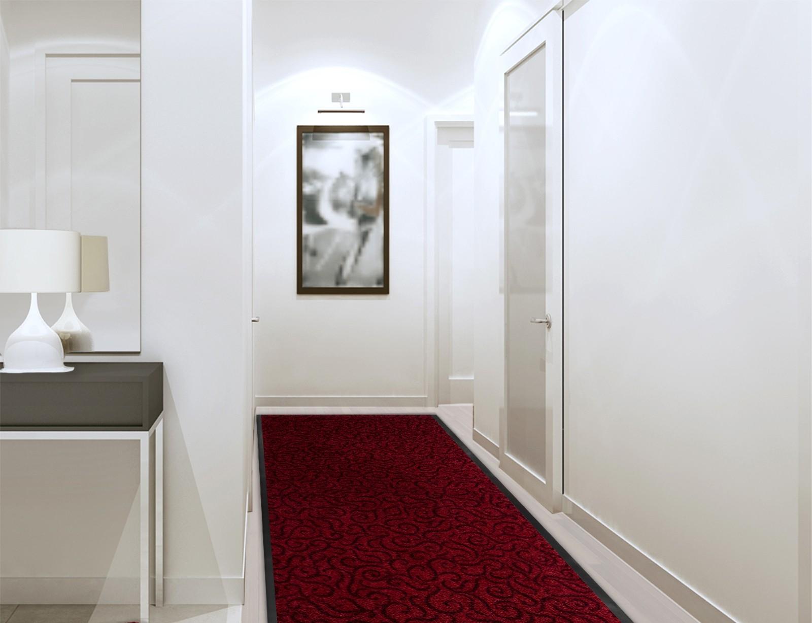 Красный коврик в коридоре