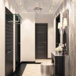светлый дизайн прихожей с узким коридором