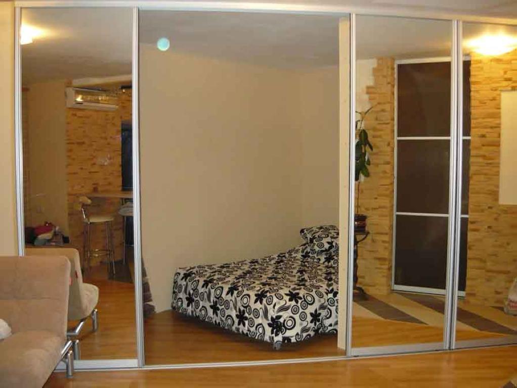 перегородка с зеркальной раздвижной дверь