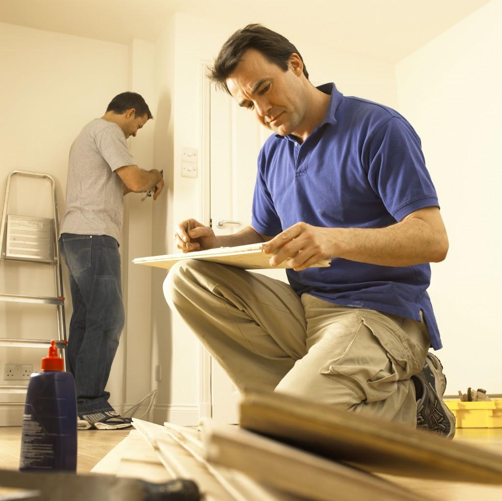 мужчины делают ремонт