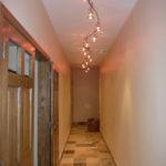 узкий коридор с лампочками