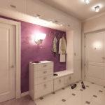 светлая прихожая с фиолетовой стеной