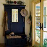 прихожая с синем шкафом и большой прозрачной дверью